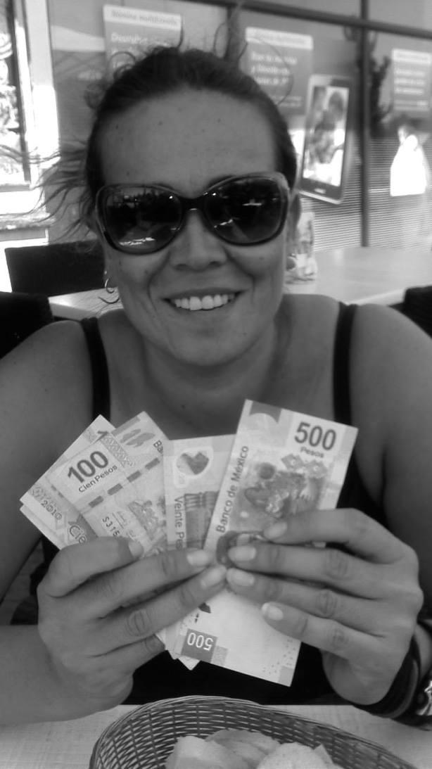 Celia con dinerito fresco, preparado para gastarlo en el Caribe